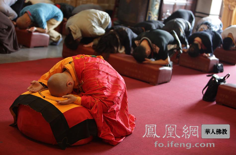 凤凰 安康/门肃法师主持法会(图片来源:凤凰网华人佛教)