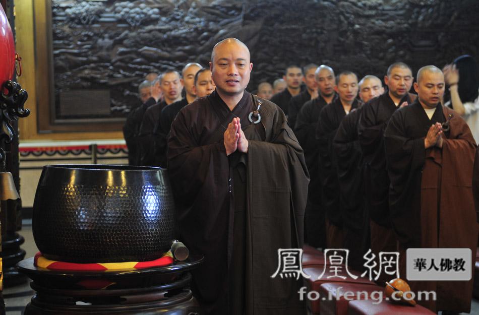 凤凰/两序大众诵经祈福(图片来源:凤凰网华人佛教)