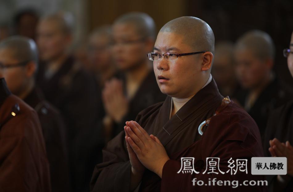 凤凰/诵经祈福(图片来源:凤凰网华人佛教)
