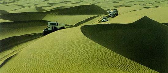 库布齐沙漠景色壮美:风力作用形成了新月型沙丘