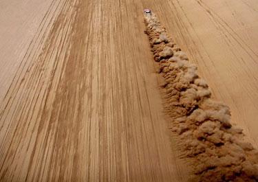 汽车拉力赛:沙漠中的速度与激情。