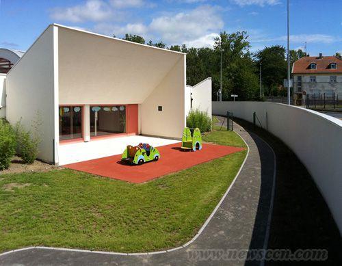 幼儿园创造一个安静舒适的环境,所以大部分空间都覆盖了绿色景观植物.图片