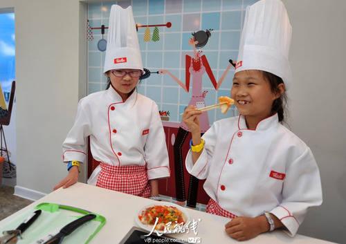 2010年5月2日,小朋友在体验面包师的工作.人民网记者 翁奇羽 摄