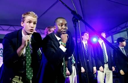 上海 耶鲁大学/昨日,来自美国耶鲁大学的男声合唱团在上海街头表演节目。