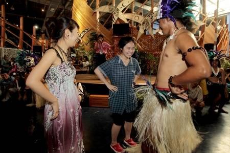 幸运游客樊恬恬(中)来自福州,她受邀与库克群岛的舞蹈演员一齐跳舞