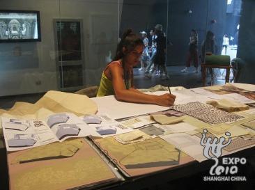 手工艺人正在描绘经典花纹图案