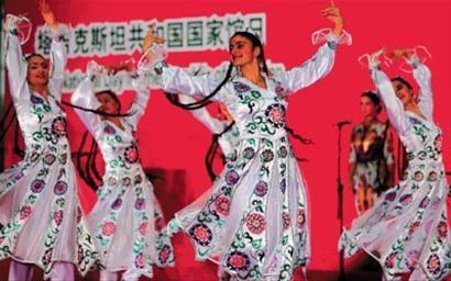 塔吉克斯坦演员献上精彩舞蹈. 本报记者 邵剑平 摄