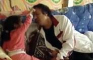 实拍卡扎菲扮哭逗孙女开心
