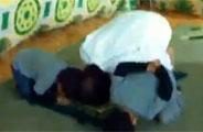实拍卡扎菲与两孙儿跪地祈祷