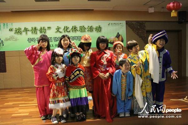 韩国小朋友体验中国端午文化
