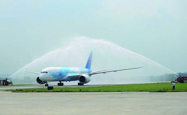 波音787梦想飞机飞抵广州