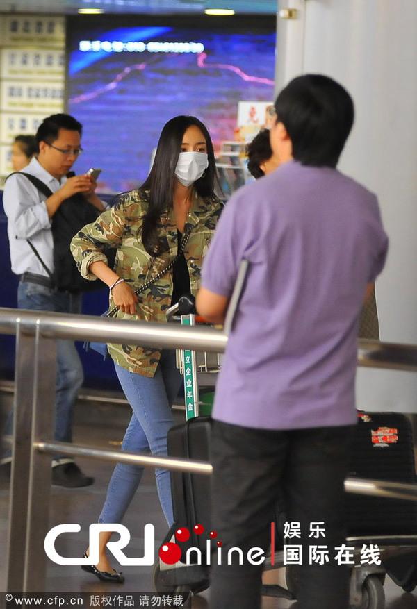 杨幂素颜着迷彩服机场独自推行李 口罩遮面换戴墨镜无人识 图片作者:暉子井太/CFP 2013年05月30日讯,北京,早前,演员杨幂独自一人飞抵北京首都机场。杨幂当天素颜长直发,穿着迷彩外套和紧身浅色牛仔裤,一副大口罩把半张脸都遮住了。在走至出口处,帅气司机接过行李车后,杨幂掏出墨镜戴上,全程未有人认出这位大明星。