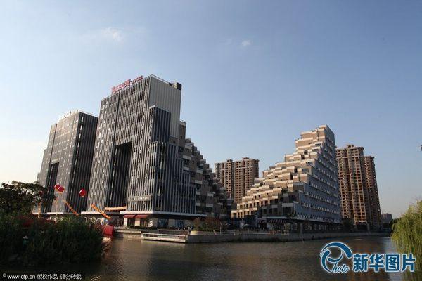 """2013年9月18日,江苏昆山,外形像""""金字塔""""状的游站项目楼盘。图片来源:CFP"""