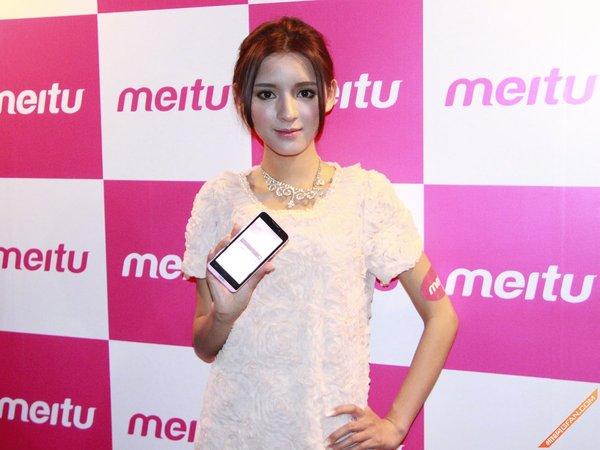 5月16日消息,美图秀秀在北京召开产品发布会,发布旗下第一款手机产品——MeituKiss。MeituKiss由国内ODM厂商代工,搭载MTK四核处理器和Android4.2系统,配备4.5寸IPS高清视网膜屏幕,分辨率为1280×720。这一主打自拍功能的手机前后摄像头均为800万像素,提供白色和粉色两种颜色主打女性用户,定价为2199元。