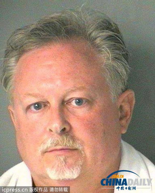 当地时间2013年9月11日,美国莫瑞麦克,52岁的小罗伯特·格里芬因涉嫌戴着美国总统奥巴马面具,穿戴整齐抢劫银行,被警方逮捕。(图片来源:东方IC)