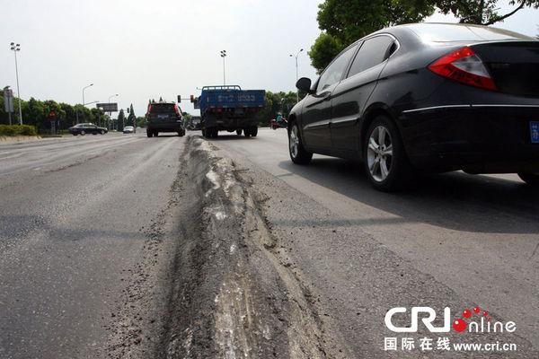 """2013年7月16日,江苏无锡,车辆在""""波浪路""""路面行驶。图片来源:CFP"""