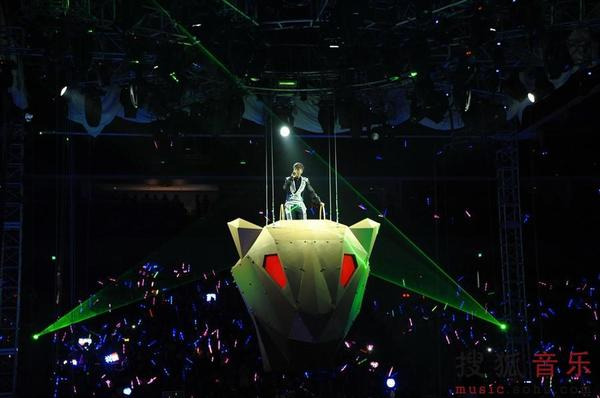 2013年4月13日,有着亚洲舞王之称的罗志祥在奔驰文化中心开启了2013舞极限巡演的上海站演出。让人眼花缭乱的豹行天下舞台以及与歌迷360度的近距离全方位接触加上两个多小时几乎无间断的劲歌热舞让整个场馆都变成巨大的万人舞池。 舞极限罗志祥挑战歌舞极限 《精舞门》+神曲《忐忑》瞬间high翻全场 当晚的奔驰中心的四面台上,舞台上呈现出一个美豹居住的城堡,具有豹一样爆发力的罗志祥在24名伴舞的簇拥下唱着《有我在》从美豹头部出场,整场2个多小时的演出中从头到尾边唱边舞刷新自己的记录,也挑战着多