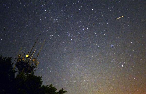 当地时间2013年8月13日凌晨,北半球三大流星雨之一的英仙座流星雨现身