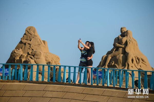 """滚动新闻 > 正文  9月29日,以""""蓝色海洋梦""""为主题的中国舟山国际沙雕"""