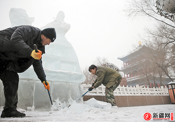 水磨沟区88组冰雕拆除(本网记者蒋晓配图)