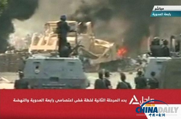 视频截图显示,埃及军方用推土机摧毁穆尔西支持者设置的路障。