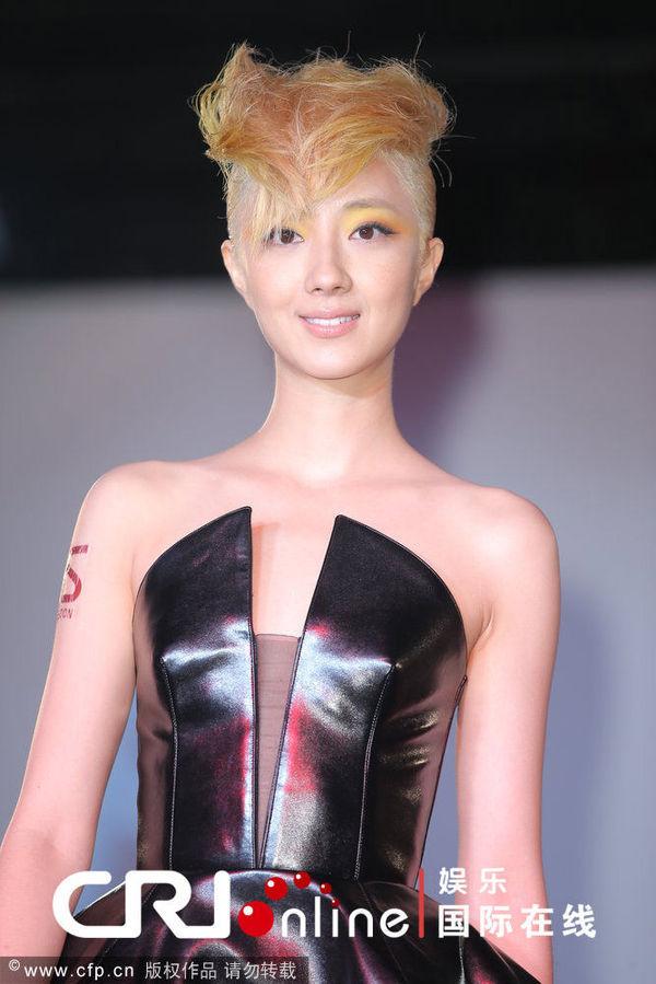 桂纶镁/桂纶镁金发出席代言活动现场做造型穿深V皮裙妆容魅惑时尚抢眼
