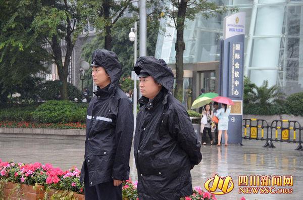 华商大会会场各个路口到处都有警察执勤的身影.国际会议中心.图片
