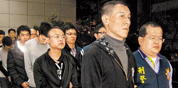 竹联帮陈功_警方逮捕案件主嫌竹联帮风堂堂主张国强(右二)等8人,昨讯后移送台北