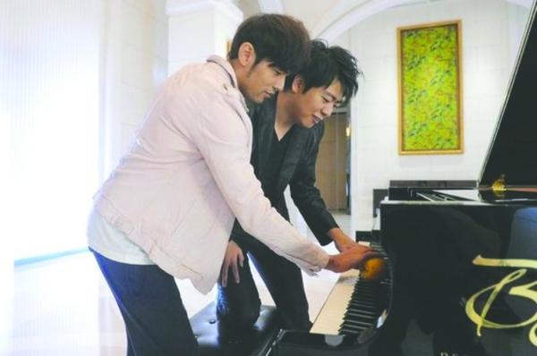 周杰伦 郎朗/周董正在向郎朗讨教用水果弹钢琴