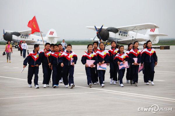 """18名留守儿童来到西安航空基地蒲城内府机场参观体验通用飞机""""圆梦"""