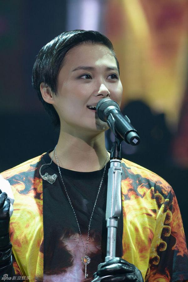 组图:李宇春上海开唱遭男舞者抱父母首度现身