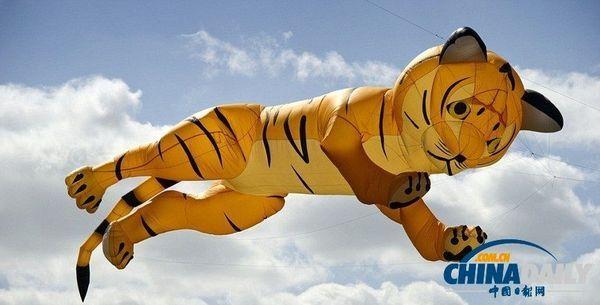 一只老虎形象的3d风筝,飘在空中.