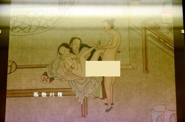 【3】胸、臀部不详细 中国古代春宫图中的美女并没有像西方油画中那样,非常强调女性的胸部和眼睛,和面部表情。这和中国女性的生理特征有关。中国女性面部比较平缓,胸和臀部并不突出,眼睛也相对要小,整体上身材也很较小。这使得春宫图中都不以胸、臀部、眼睛和面部表情为重点。