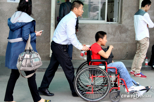 西安小学生踩踏事故致16伤 园