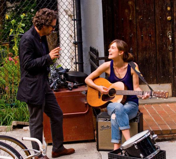 《歌曲改变人生》剧照曝光 凯拉·奈特利弹吉他笑容满面