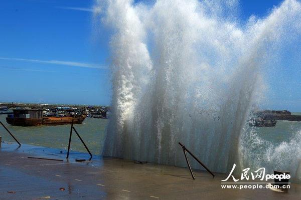2013年6月23日,广西北海市涠洲岛,巨浪滔天.杜燊/cfp