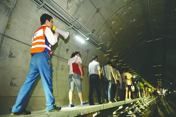 为了确保地铁的正常有序运营,确保突发情况下通过有效的指挥和处置,将可能造成的影响和损失减少到最低,昨日下午,地铁2号线西延线迎来开通试运营前规模最大的一次救援演练供电故障应急救援演练,涉及电客车司机、站务、调度,以及机电、车辆、信号等工作岗位,参演人数达500多名。这次演练是该线迎来开通试运营前规模最大的一次救援演练,演练中,停在隧道的列车,10分钟就被打开车门。地铁公司表示,地铁运营控制中心和公交集团将有联动机制,突发情况下,启动公交接驳,一旦地铁出了问题,地面就有免费公交来接驳,而车票也可在10