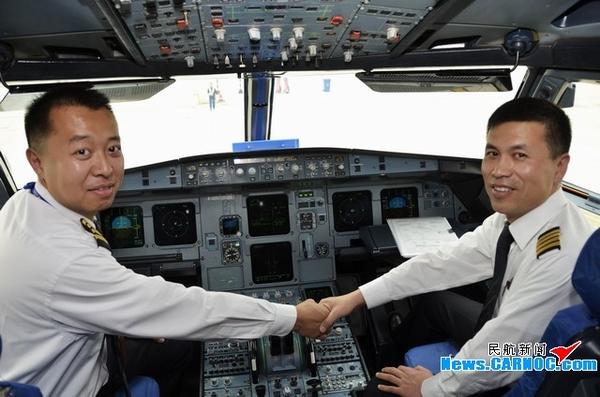 图1:池州九华山机场喜拥东航B-6010飞机,这是该机场迎来的首架民航客机 摄影:张跃 民航资源网2013年4月25日消息:4月23日15时35分,作为池州九华山机场的首架民航客机,中国东方航空股份有限公司(China Eastern Airlines Corporation Limited,简称东航)银燕B-6010徐徐降落在静候已久的崭新跑道上。这标志着九华山机场新机场验证飞行及PBN飞行程序验证飞行顺利完成,这也是东航银燕在两个月内连续两次光荣完成安徽两个新机场的试飞任务。 池州市委书记