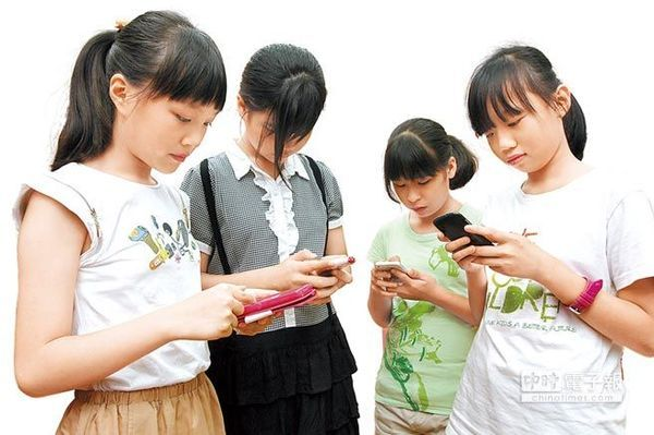 """图为小朋友正在使用智慧手机 原标题:警惕变""""低头族"""" 台小学生使用智能手机约半数成瘾 人民网7月16日电 据台湾《中国时报》报道,现代人不少都是""""低头族"""",时时要拿出智慧型手机""""滑""""一下。小小低头族的现象恐怕也会愈来愈多,根据儿福联盟调查,拥有智慧型手机的孩子当中,约半数有轻度手机成瘾现象,甚至有一成呈现重度成瘾。 儿福联盟昨天公布""""2013年手机及APP使用调查报告"""",针对五至八年级学生进行抽样调查,共回收"""