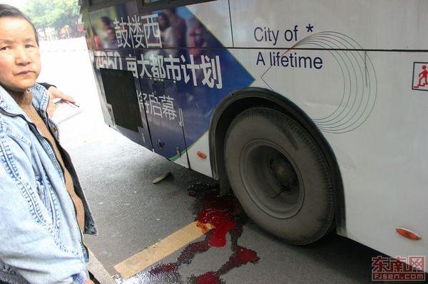 公共汽车的轮子-福州118路公交车发生碾人事故 致一乘客受伤高清图片