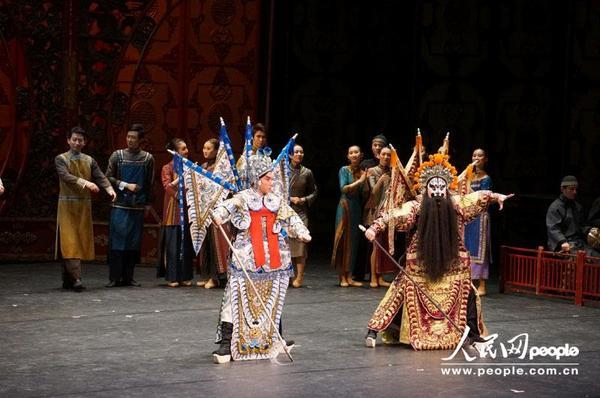 《大红灯笼高高挂》中融进了中国京剧的武元素.