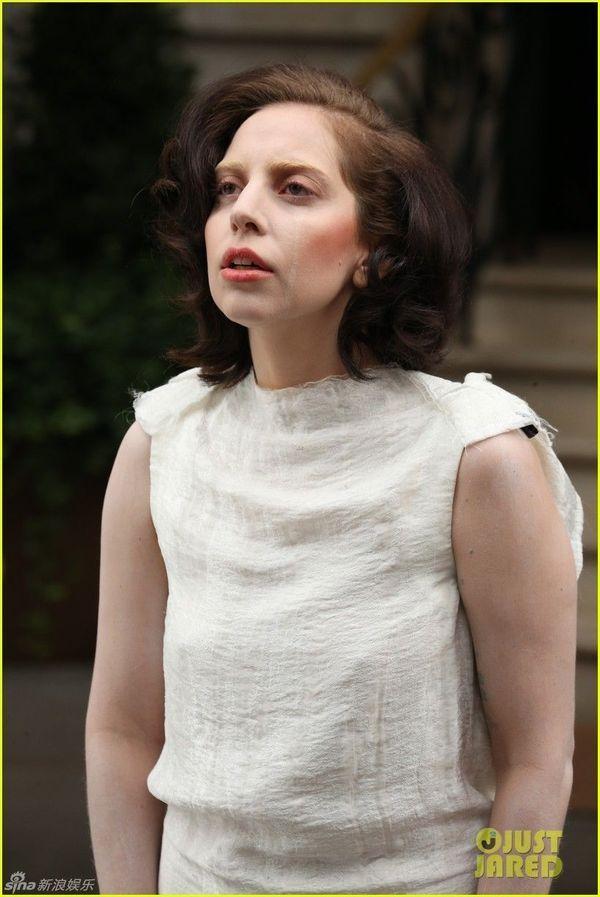 ladygaga以一身白裙的