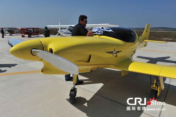 意外坠入湖中的n-322z号小型表演飞机