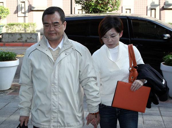 林益世在被轻判7年4个月后,今日又再度因为诬告案件和妻子彭爱佳步入法院应讯。(图片来自网络)