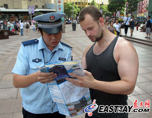 丁涛为一位外国游人指路.(图片来源:东方网)