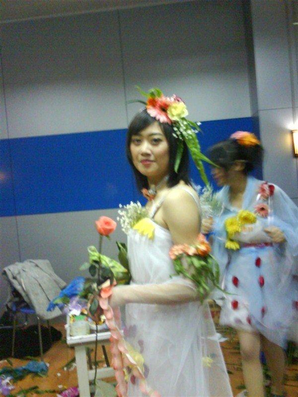 鲜花装由院女生部设计制作,并通过不断改变服装设计及表演方式使鲜花图片