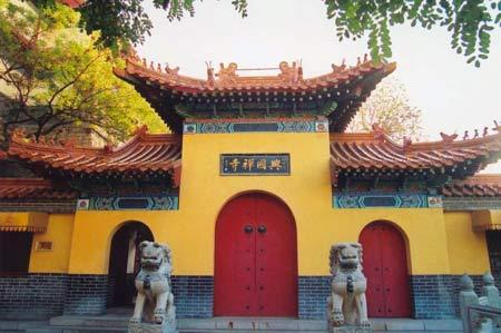 千佛山风景优美,层峦迭嶂,苍秀深幽,是济南市著名的游览胜地.
