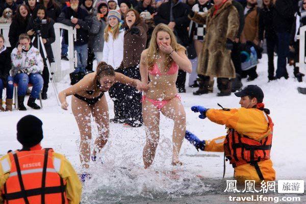 --> 加拿大冬季漫长,冰天雪地。多伦多以北90公里的巴里小镇有一年一度的冰雪节,冰雪节上有一个叫Polar Bear Swim的项目,北极熊游泳,字眼如此吸引人。图为:穿比基尼的漂亮北极熊激情跳入冰湖。