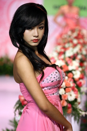 能看出点12岁女孩的稚嫩,但是当你看到下面这组Hoang Bao Tran