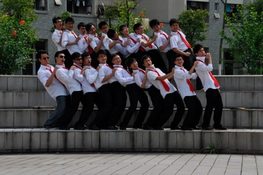 毕业班男生西裤白衬衫红领带照.-史上最牛毕业照大盘点